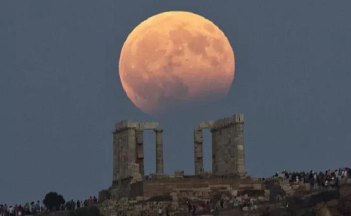 صور رائعة تجسد ظاهرة القمر الدامي عالميا