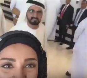 شاهد.. رد فعل عفوي من الشيخ محمد بن راشد أثناء التقاط فتاة سيلفي