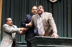 بالفيديو : اشتباك بالأيدي ورشق بالأحذية بمجلس النواب الأردني