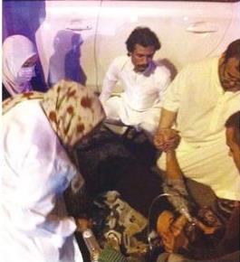 طبيبة وممرضة تسعفان مصاباً في حادثة سير بأحد شوارع الرياض