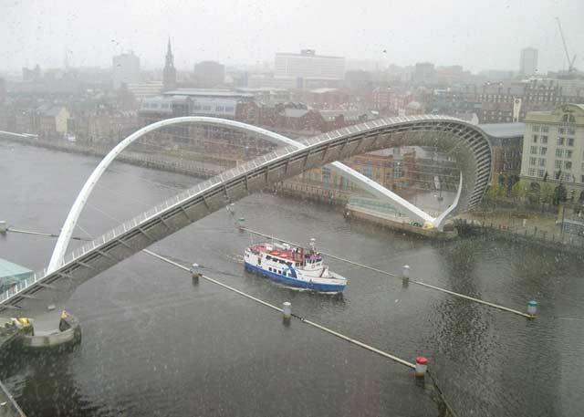 بالصور .جيتس الجسر المائل الوحيد