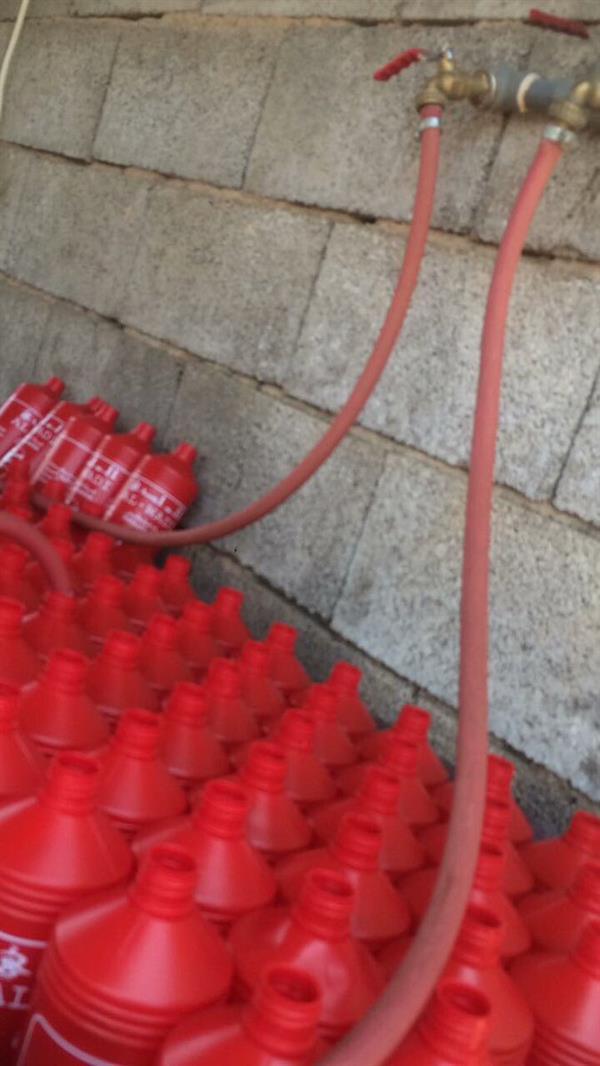 """بالفيديو والصور.. """"التجارة"""" تضبط عمالاً يصنعون مياه مقطرة مغشوشة.. وتصادر 220 ألف عبوة"""