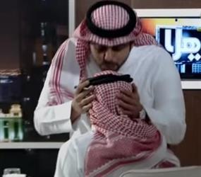 """مذيع برنامج """"يا هلا"""" يُقبل رأس حارس المدرسة عبدالله المهنا"""