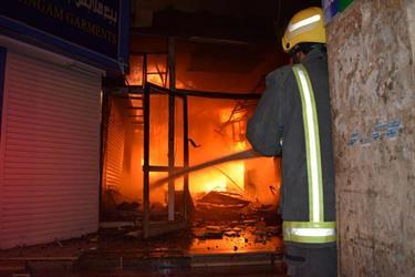 شاهد.. اندلاع حريق كبير في مركز البطحاء التجاري وسط الرياض