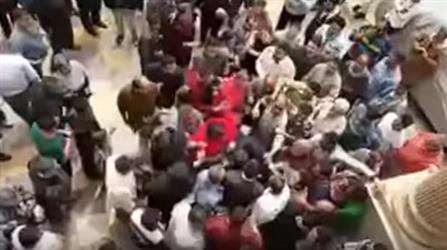 بالفيديو.. اعتداء مواطنين بالضرب على مدير أمن بمصر عقب تفجير الكنيسة