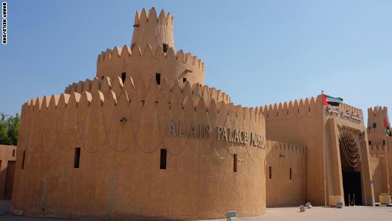 وبعد زيارة القلعة، يمكن التوجه إلى متحف قصر العين، والذي كان منزلاً للأسرة الحاكمة. وفيه، يمكن الاطلاع على طرق الحياة القديمة.