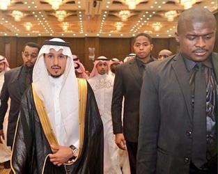 بودي جارد لاعب النصر في حفل زفافه يثير استغراب الجماهير (صور)