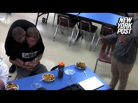 شاهد كيف أنقذ شاب صديقه الذي اختنق أثناء تناول الطعام