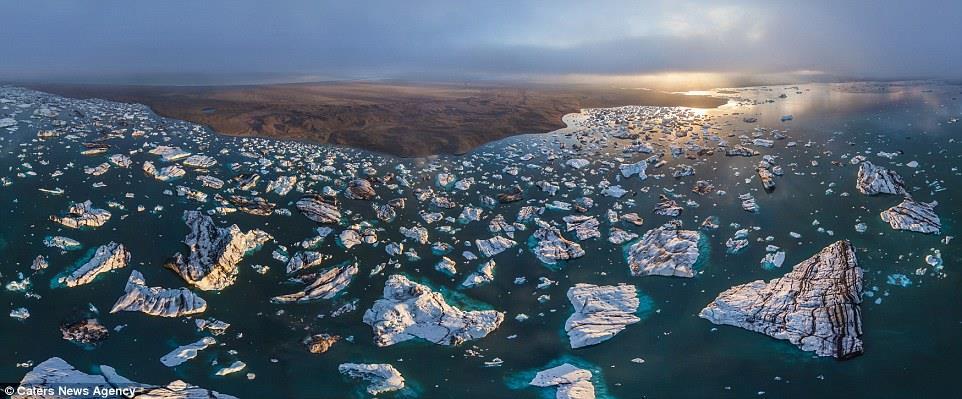صورة لبقع بيضاء في المحيط الأزرق، جزر متجمدة كما لم ترها من قبل، استخدم الفريق طائرات بدون طيار لالتقاط هذه الصورة