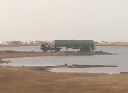 بالفيديو.. سائق صهريج صرف صحي يفرغ حمولته في البحر بمحافظة ينبع