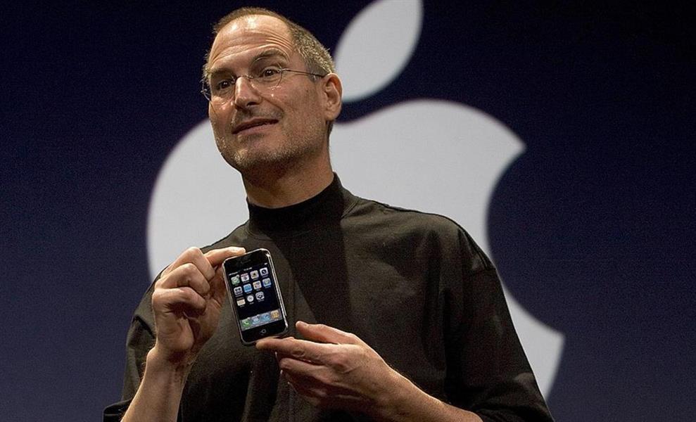 ستيف جوبز قدم في 9 يناير 2007 بسان فرانسيسكو أول نسخة من آيفون