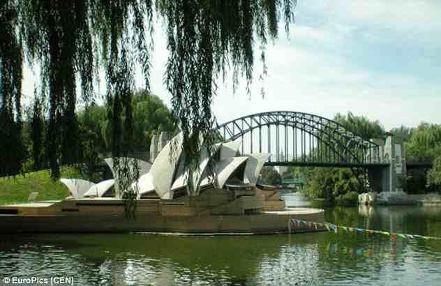 """وهنا توجد نسخة مقلدة لدار أوبرا """"سيدني"""" الاسترالية قرب أحد الأنهار، ولكن الموقع الأصلي لدار الأوبرا يطل على مرفأ. وهنا توجد نس"""