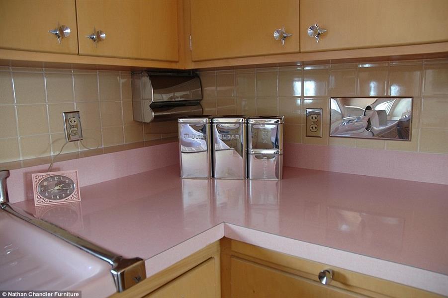 مكونات المطبخ براقة سواء في البلاط المتميز أو الأدوات المستخدمة