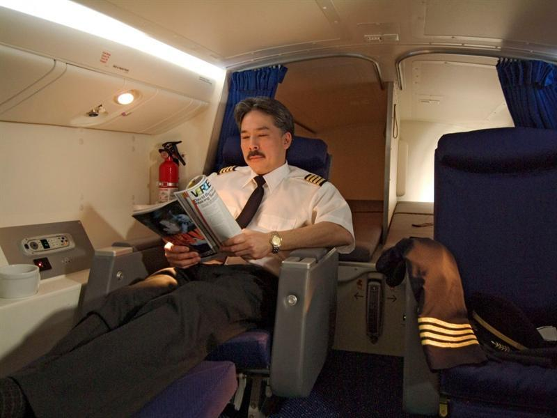 """على متن الطائرات طراز """"بوينج"""" """"777"""" هناك غرف نوم خاصة بالطيارين تحتوي على مقعدين من فئة درجة رجال الأعمال وفراش فاخر."""
