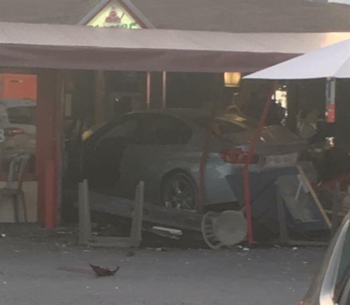 سيارة تدهس رواد مطعم في فرنسا وسقوط 8 جرحى