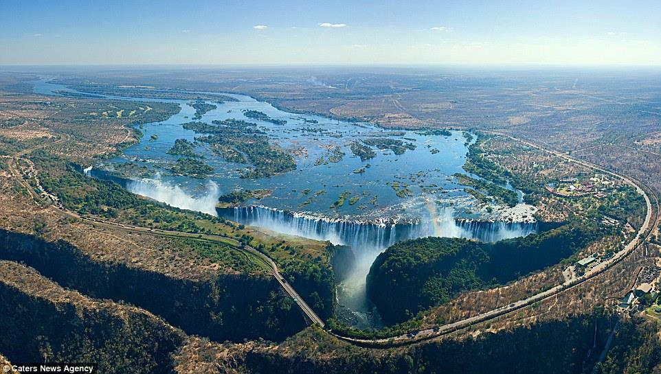 قوس الألوان حول منظر كما لو كانت آنية مملوءة بالذهب في شلالات فيكتوريا في زامبيا