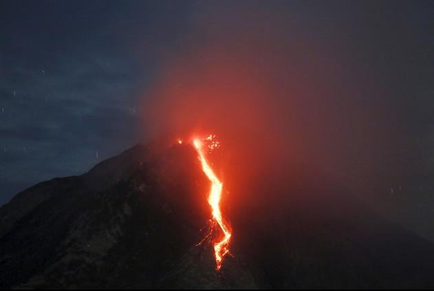 بركان جبل سينابونغ يقذف الرماد أثناء ثورانه