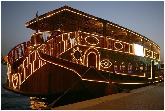 """كما ويمكن استئجار قارب """" Dhow Cruise Dubai Creek"""" بمبلغ 150 درهمًا للفرد البالغ و120 درهمًا للطفل، للقيام برحلة مدتها ساعتين،"""