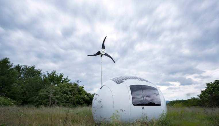 تجمع الكبسولة الطاقة الشمسية والطاقة من الريح لتشغيل نفسها بشكل مستدام وصديق للبيئة.