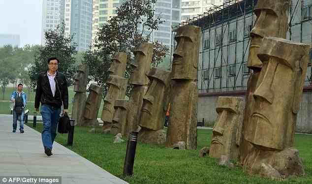 """وضعت الصين تماثيل """"مواي"""" غريبة الشكل على جوانب أحد الشوارع والطرقات في مدينة اشتهرت بقطاعات الأعمال، بينما تقع التماثيل الأصلي"""