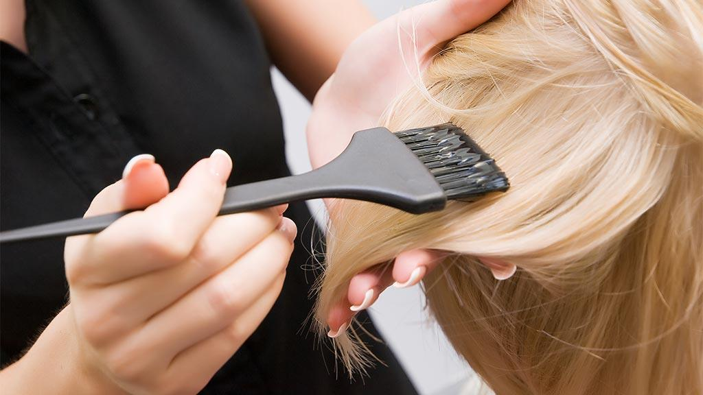 صبغات الشعر: تحتوي صبغة الشعر على ماء الأكسجين الذي يحتوي على مواد كيميائية إذا اجتمعت فإنها يمكن أن تؤدي إلى حرق الشعر أو أن
