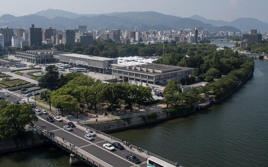 """ولم تتمكن المدينة من بدء عمليات إعادة البناء إلا بعد انتهاء الحرب العالمية الثانية، وقامت السلطات بإنشاء """"حديقة السلام التذكار"""