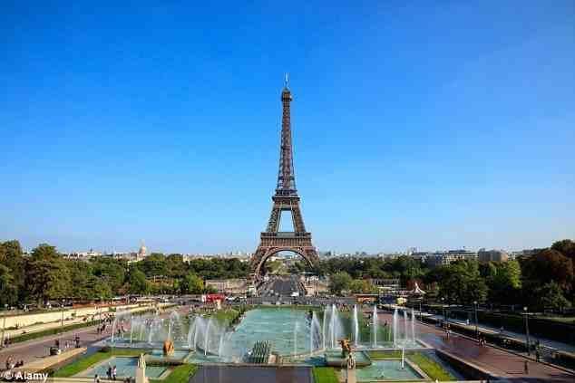 """وتشتهر العاصمة الفرنسية """"باريس"""" بوجود برج """"إيفل"""" الذي يقصده العديد من السائحين من مختلف دول العالم وحي """"الشانزليزيه"""" الشهير، و"""