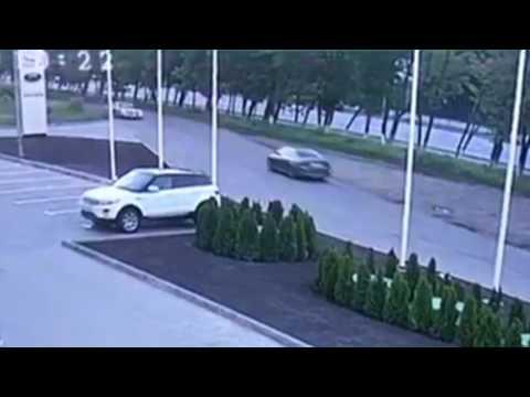 """كاميرا مراقبة توثق اصطدام سيارة """"بورش"""" اثناء اختبار القيادة"""