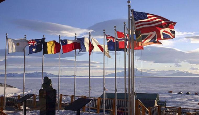 """ومحطة """"McMurdo"""" هي إحدى القواعد المنتشرة في القطب الشمالي، حيث فُتحت شواغر لوظائف أخرى لطهاة وحلاقين ورجال إطفاء."""