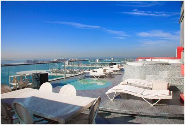 """شقة """"بنتهاوس"""" في منتجع أوشينا في جزيرة نخلة الجميرا، وتتكون من ثلاث غرف نوم وغرفة إضافية للخدم، تتميز بإطلالة على برج العرب وج"""