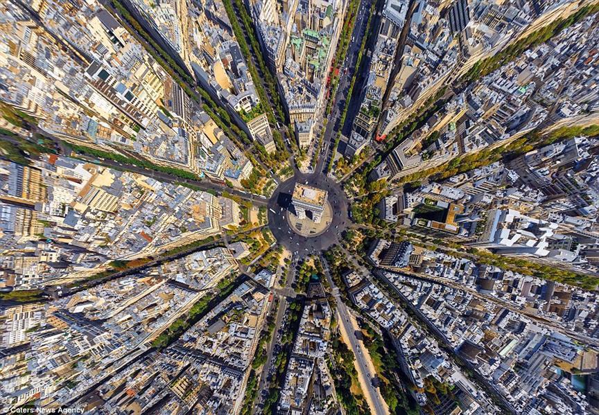 لا يختلط عليك الأمر، الصورة لقوس النصر في باريس، وتم تصويره من أعلى نقطة فوقه تماما