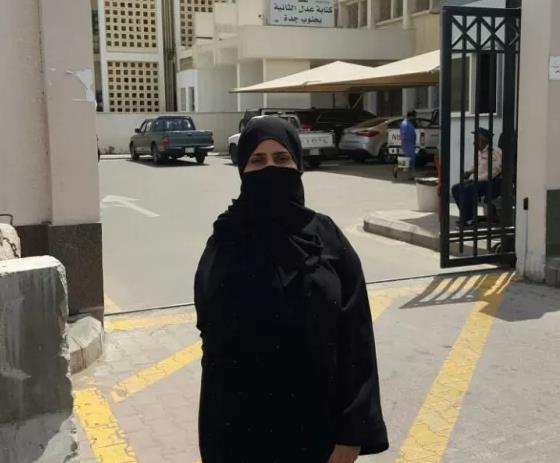 """""""فتاة المصنع"""" زهراء البركاتي ترفض حلول التأمينات لقضيتها.. وزميلاتها يتركن العمل تضامنًا معها"""