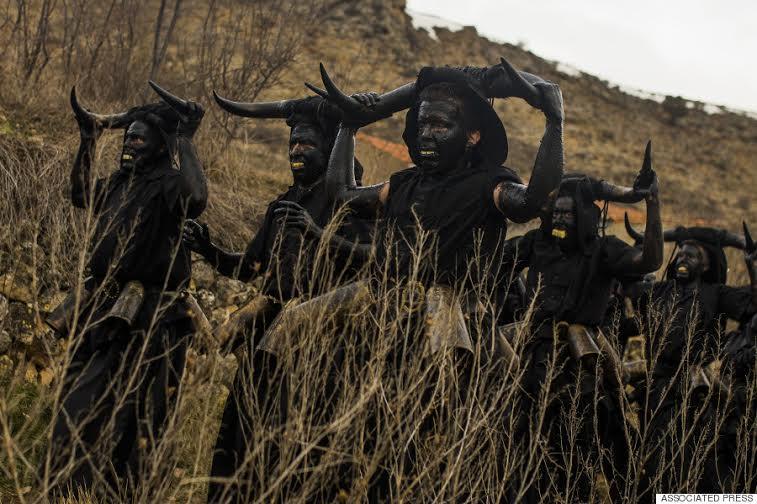 """رجال مغطون بالزيوت والرماد، يحملون قرون ثيران فوق رؤوسهم، وأجراس بقر في أحزمتهم، وذلك أثناء مهرجان في قرية """"لوزون"""" في إسبانيا،"""