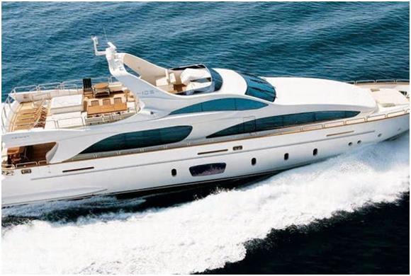 """كما وتقدم شركة """" Luxury Sea Boats"""" يخوت فاخرة تأخذ الضيوف في رحلة حول جزيرة """"نخلة الجميرة"""" وفندق """"برج العرب""""، وحي """"دبي مارينا"""""""