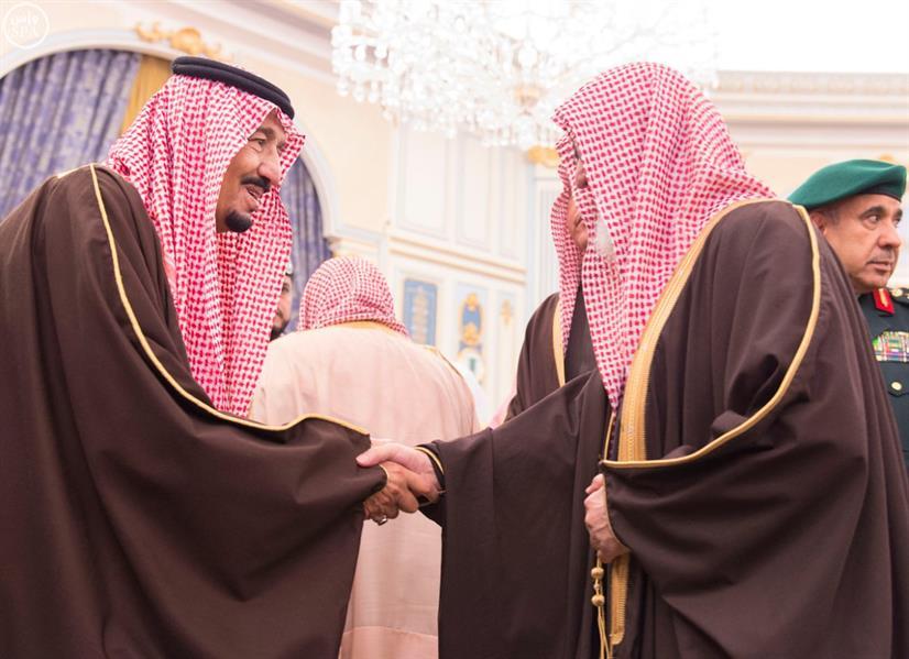 بالصور.. خادم الحرمين الشريفين يستقبل عددا من الأمراء والعلماء وجموعا من المواطنين