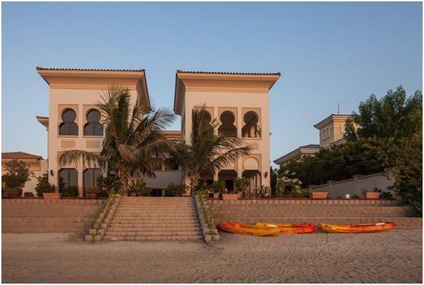 تتكون هذه الفيلا الواقعة في جزيرة نخلة الجميرا من 6 غرف نوم، وتطل على فندق أتلانتس.