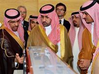 الأمير تركي يطلع على مجسم لقطار الرياض
