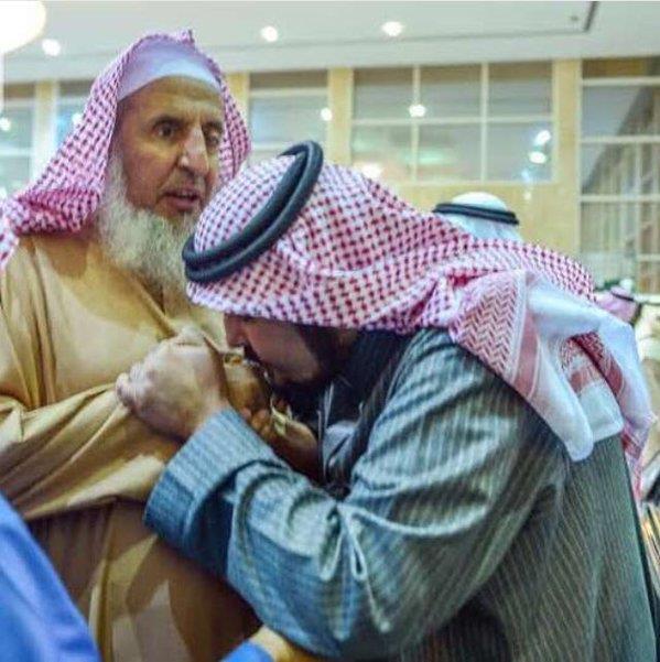 بالصورة.. الأمير عبدالعزيز بن فهد يقبّل يد سماحة المفتي