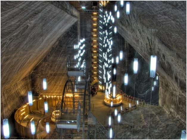 منجم ملح Salina Turda في ترانسيلفانيا الرومانية، والذي يعود إلى القرن السابع عشر، وهو منطقة جذب سياحي كبيرة، وخاصة ان مناجم ال