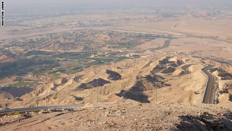الطريق إلى قمة جبل حفيت في مدينة العين الإماراتية.