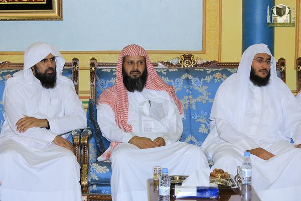 بالصور.. المفتي يستقبل أئمة المسجد الحرام في منزله بمكة المكرمة