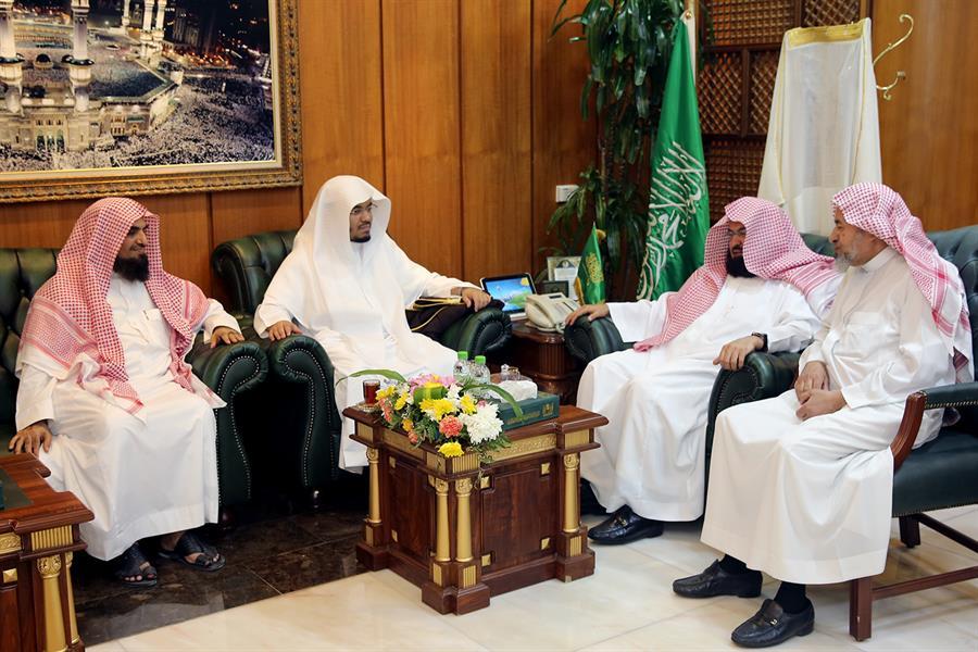 بالصور.. السديس يكرِّم الشيخ الدوسري ويُهنئه باختياره لإمامة المصلين بالحرم