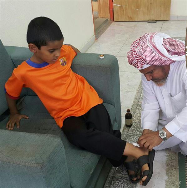 حارس مدرسة يضمد جراح أحد الطلاب