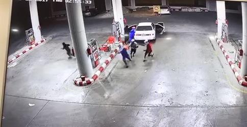 فيديو يُوثق تعرض محطة وقود لعملية سطو مسلح من قبل عدة أشخاص ملثمين بالرياض