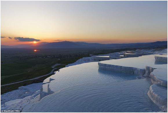 """شملت القائمة ينابيع """"باموكالي"""" في تركيا، والمعروفة باسم """"قلعة القطن""""، وتظهر على شكل مدرجات من الحجر الجيري، تكونت بفعل الزلازل"""