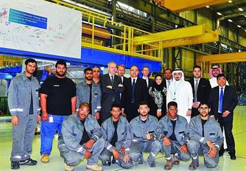 السفير روغه مع فريق العمل في محور الطاقة بالدمام