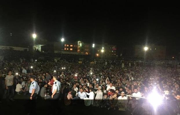 بالصور.. حشد جماهيري يضطر الأمن الأردني لإنهاء محاضرة للشيخ العريفي
