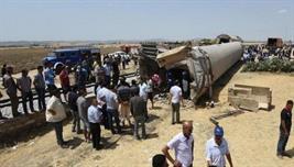 17 قتيلا و70 جريحا في تصادم بين شاحنة وقطار بتونس