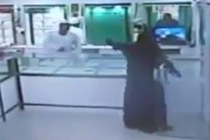امرأة تنفذ جريمة سطو مسلح على محل ذهب بالعيص