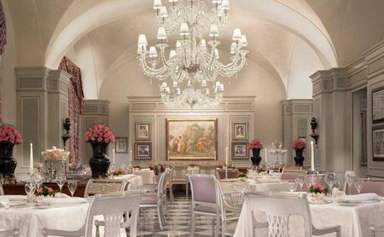 """مطعم """"Il Palagio"""" في فندق """"فور سيزونز"""" في مدينة فلورنسا الإيطالية"""